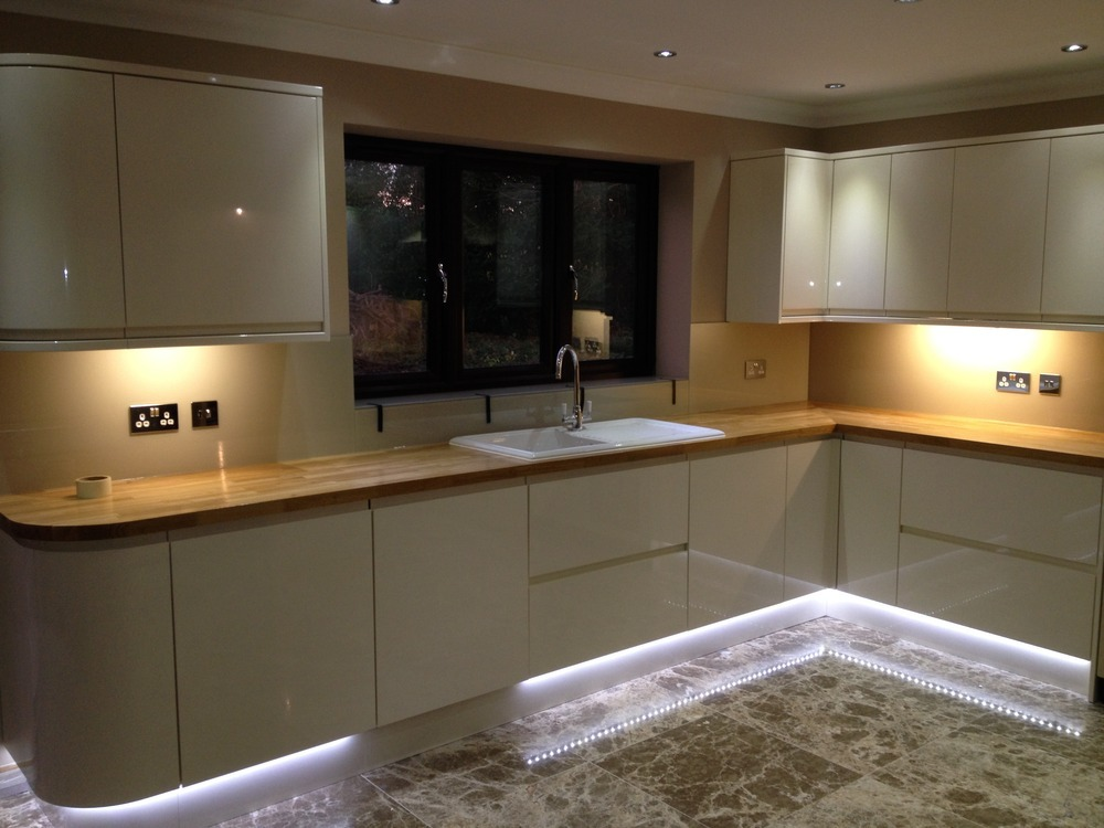 Kitchen plinth lights led roselawnlutheran for Kitchen units without plinths