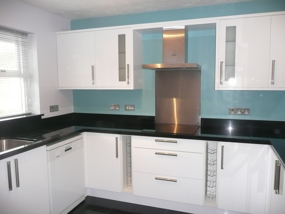Lyn hawes designs 100 feedback kitchen fitter in banbury for Black gloss kitchen ideas