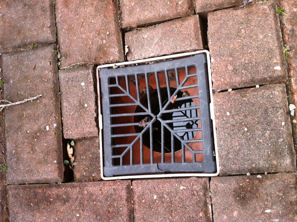 Reset 2 x drain covers on block drive - Driveways job in ...